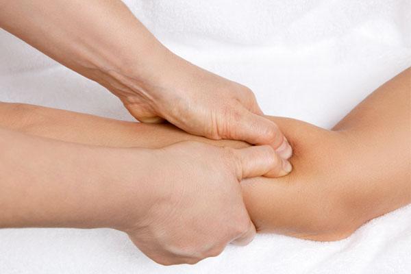 Triggerpunkt-Massage am Ellenbogen bei Sehnenscheiden-Entzündung / Tennisarm
